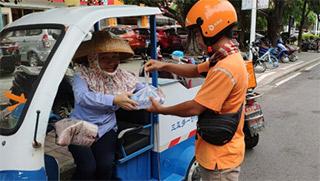 酷暑天外卖小哥自发组织街头送水 传递正能量